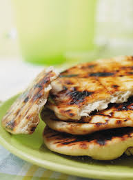 cuisine au barbecue recette de naan au barbecue cuire sur le gril servir avec les