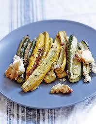 cuisiner des courgettes au four courgettes rôties à la feta pour 4 personnes recettes à table