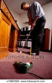 mini golf bureau banque d image homme jouer mini golf dans bureau bas