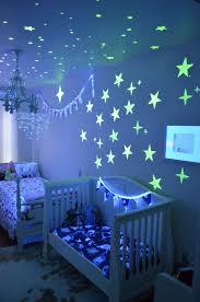 etoiles phosphorescentes plafond chambre peinture phosphorescente étoiles chambre bébé
