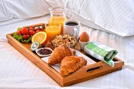 chambre et petit dejeuner plateau de petit déjeuner dans le lit dans la chambre d hôtel image