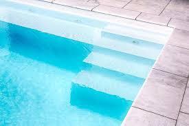 pool treppe stufen leiter und liegebank für pool und schwimmbecken
