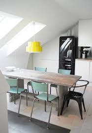 cuisine blanche et verte cuisine blanche sous combles suspension jaune chaises vertes