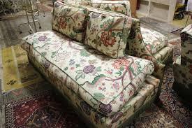 canapé style anglais fleuri trois canapés capitonnés garnis d un tissu fleuri