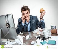 dejeuner au bureau homme de bureau appelant pendant petit déjeuner photo stock