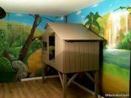 chambre jungle enfant décoration lit cabane chambre d enfant fresque murale
