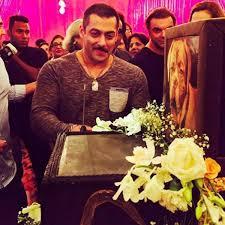 check out salman khan u0027s massive birthday cake salman khan cuts