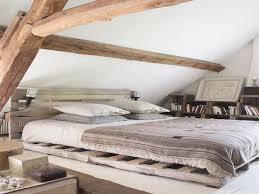chambre sous combles couleurs jeux de couleurs bois dans cette chambre sous pente avec poutres et