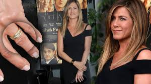 aniston wedding ring she s stunning that way aniston shows wedding band