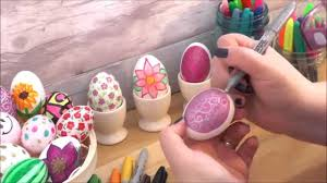 Decorating Easter Eggs With Nail Polish how to decorate an egg with a swirl pattern with sharpie pens