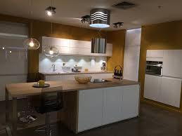 cuisine plan travail bois cuisine mobalpa facades blanches plan travail bois