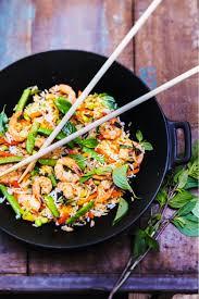 recette de cuisine au wok recette riz sauté aux légumes crevettes et basilic thaï