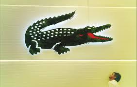 siege social lacoste lacoste met crocodile au vert influencia