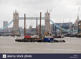 themse gezeiten london london uk 3 august 2017 bau verkehr auf der themse die tower