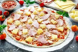 cuisiner le basilic pizza prête à cuisiner d hawaï avec du jambon et l ananas basilic