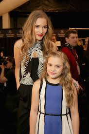 nashville hair show 2015 singers and nashville stars lennon and maisy stella posed together