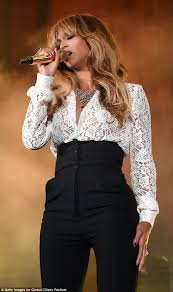 Beyonce Wedding Ring by Beyonce Flashes Her Wedding Ring On Stage With Jay Z At U201cglobal
