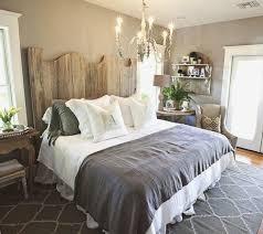 chambre gris et taupe deco chambre taupe et blanc 10 decoration gris tte de lit en bois
