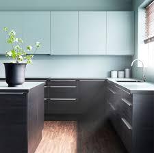 cucina faktum con antefrontali cassetto effetto legno nero e piano