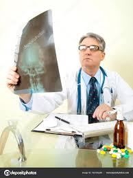 sexe au bureau médecin sexe masculin regardant une image aux rayons bureau