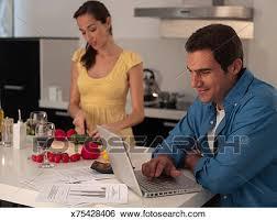 travailler en cuisine banque d images dans moderne cuisine homme travailler