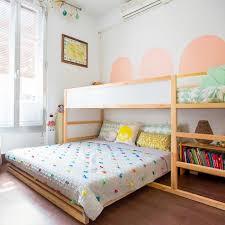 doppelbett kinderzimmer hochbett und doppelbett im geteilten kinderzimmer platzsparend