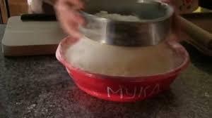 tamiser cuisine tamiser la farine dans le tamis sur une table en bois dans une