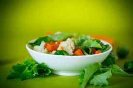 cuisiner choux de bruxelles frais salade de laitue de chou fleur et de choux de bruxelles avec un