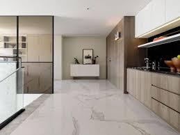 cuisine carrelage blanc carrelage marbre blanc déco en marbre noir et accents bleus