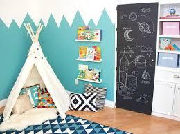 décoration murale chambre bébé déco montagne dans la chambre de bébé