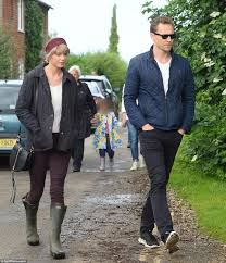 taylor swift gets english country makeover with tom hiddlestone in