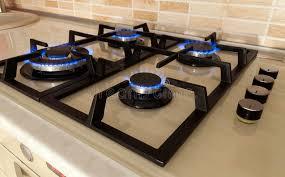 fourneau de cuisine le plan rapproché a tiré du feu bleu du fourneau de cuisine
