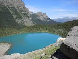fondo de pantalla de lago montañas bosque laguna turquesa