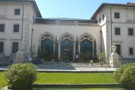 the front entrance to the mediterranean style house at vizcaya