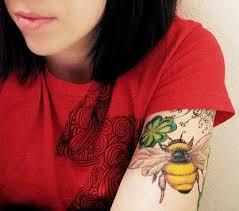25 vackra bee tattoo meaning idéer på pinterest traditionella