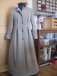 femme de chambre chaude robe de chambre manoir à mains nues