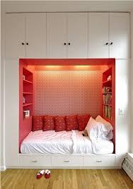placards chambre lit avec rangement idée créative pour les petits espaces