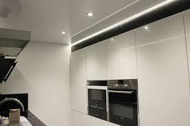 spots led cuisine cuisine installation d un plafond tendu laqué blanc et intégration
