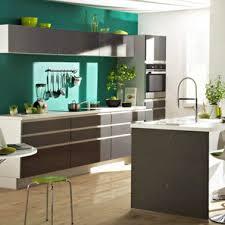 peinture verte cuisine peinture cuisine couleur vert émeraude et meubles platine but