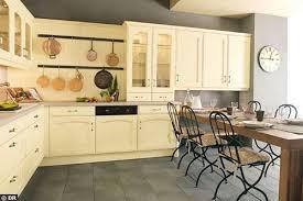 repeindre une cuisine en chene vernis