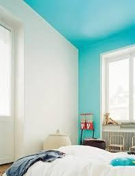 peinture bleu chambre repeindre un plafond en bleu ciel dans une chambre