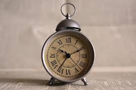 sveglia comodino come si svegliavano le persone prima dell invenzione della sveglia