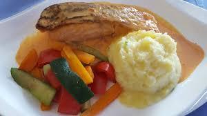 cuisine pavé de saumon la pavé de saumon et sa sauce poivrons picture of hotel restaurant