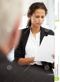 vorstellungsgespräche führen weibliche geschäftsfrauen die ein vorstellungsgespräch führen
