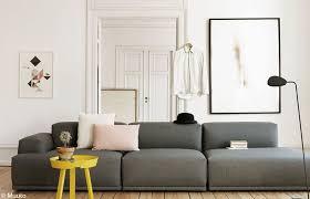 que mettre au dessus d un canapé 10 idées pour organiser ses cadres au mur décoration