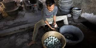 membuat telur asin berkualitas tips memilih telur asin brebes berkualitas untuk oleh oleh kompas com