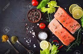 cuisiner un filet de saumon filet de saumon cru et ingrédients pour la cuisine sur un fond