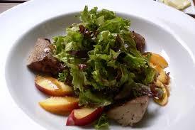 cuisiner foie de volaille recette de salade de foies de volaille aux pêches la recette facile