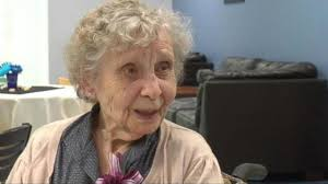 75 year old woman pic 99 year old woman graduates college 75 years late abc7chicago com