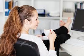 image pause café bureau femme prenant une pause café dans bureau photographie racorn